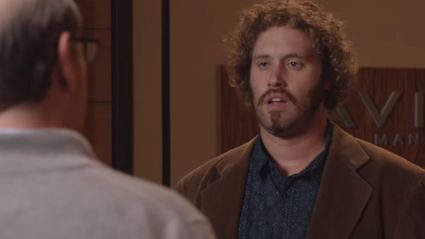 Here's TJ Miller Improvising Four Minutes Of Old Man Jokes On 'Silicon Valley'