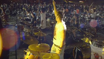 """Watch 1,200 Musicians Pay Tribute To Bowie By Playing """"Rebel Rebel"""" Live At Once"""