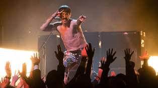 """Watch the Red Hot Chili Peppers play """"Dark Necessities"""" live at the Grammys"""